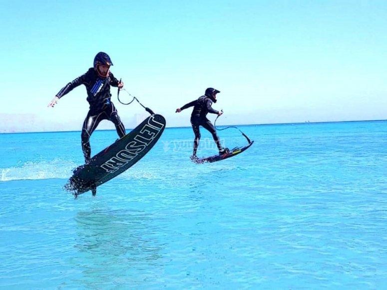 Saltando sobre el agua con tabla de jetsurf