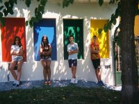 Posando en la pared de colores