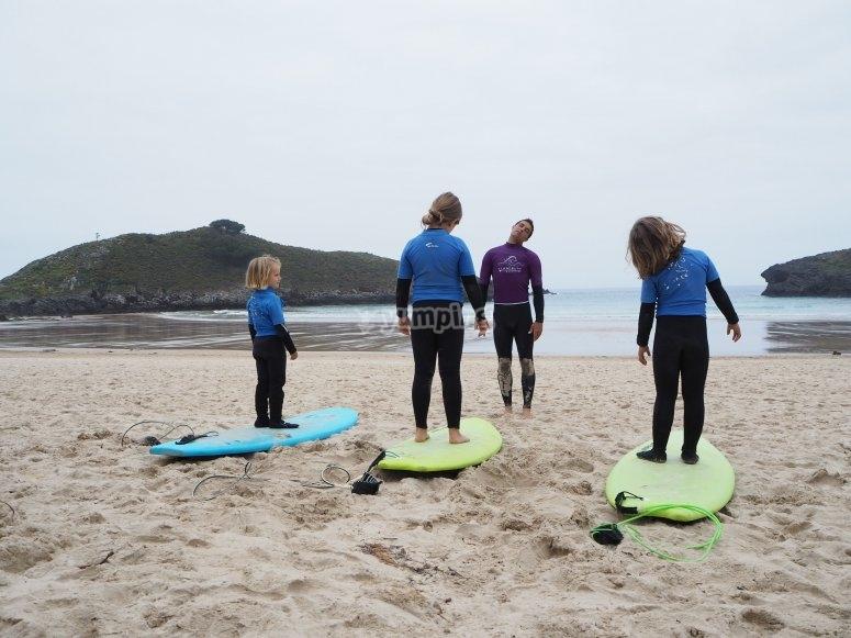 Studenti sulle tavole sulla spiaggia