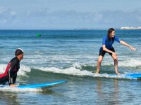 Alumna de surf con seguimiento del profesor