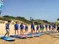 De pie en las tablas aprendiendo surf