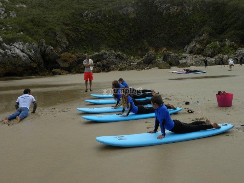 Esercizi sulla spiaggia prima di entrare in mare