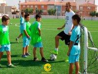 Entrenador con grupo de niños