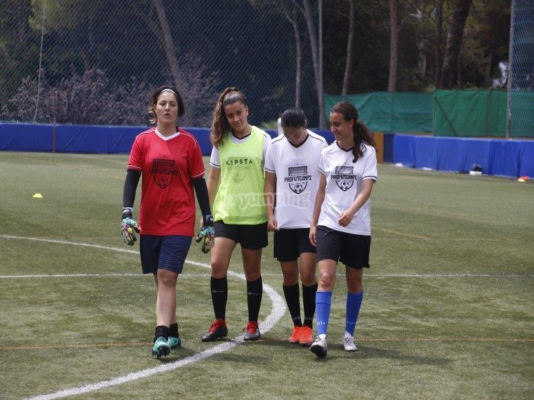Campus di calcio in estate femminile