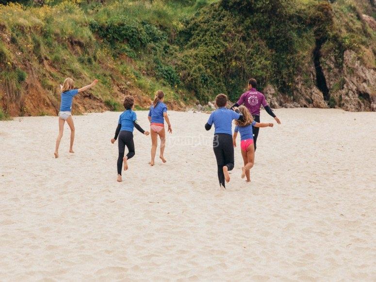 Alumnos del campamento diviertiéndose en la playa