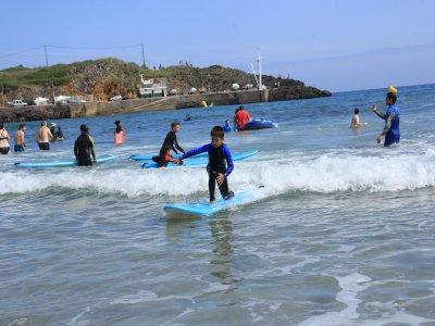 Campamento urbano de surf para jóvenes en Llanes