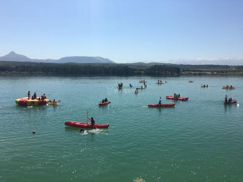 Paseando en kayak vigilados por monitor