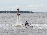 女孩练Flyboard两个人驾驶摩托艇