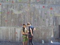 Colocando el arnes al escalador