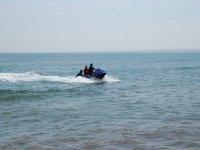 男子与另外两名男子推着水上摩托车
