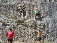 Arrampicata su una parete da arrampicata con più livelli