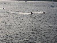 几艘水上自行车在公海上航行