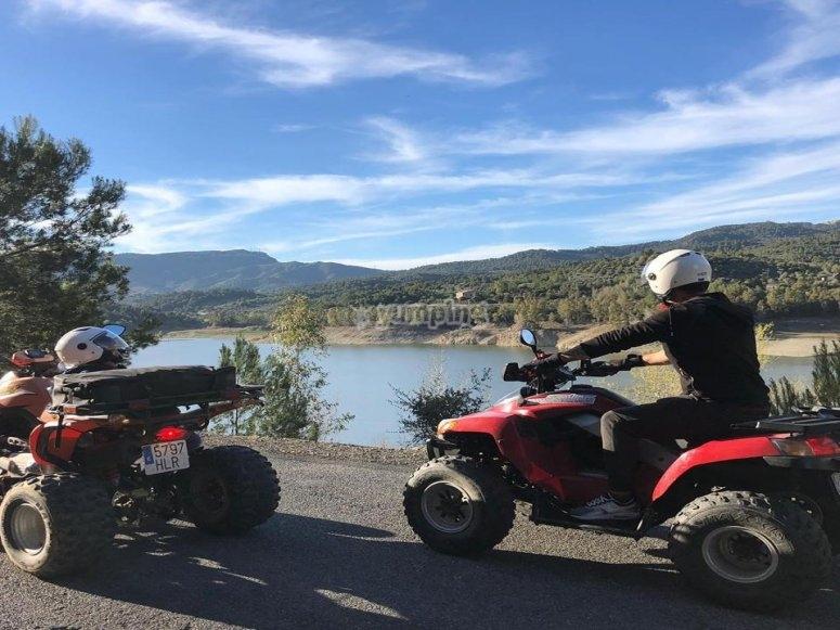 在两座四轮摩托车上通过萨洛-999出发,在沼泽四轮摩托车上引导路线de Riudecanyes