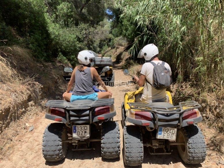 在山上停下来-夫妇驾驶四轮摩托车