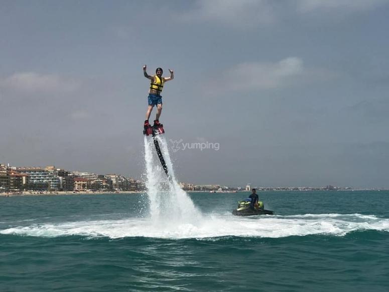 Praticare il flyboard nel Mediterraneo