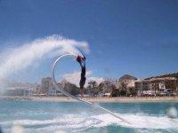 hombre dando una vuelta mientras practica flyboard