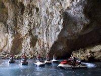 motos debajo de una cueva de agua