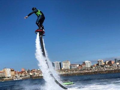 Vuelo de Flyboard en Playa de Poniente Gijón