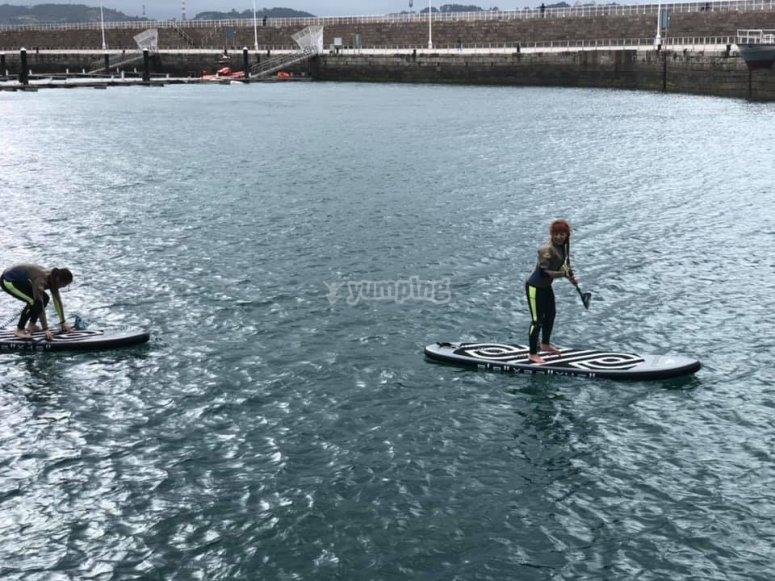 在阿斯图里亚斯海岸的桨冲浪