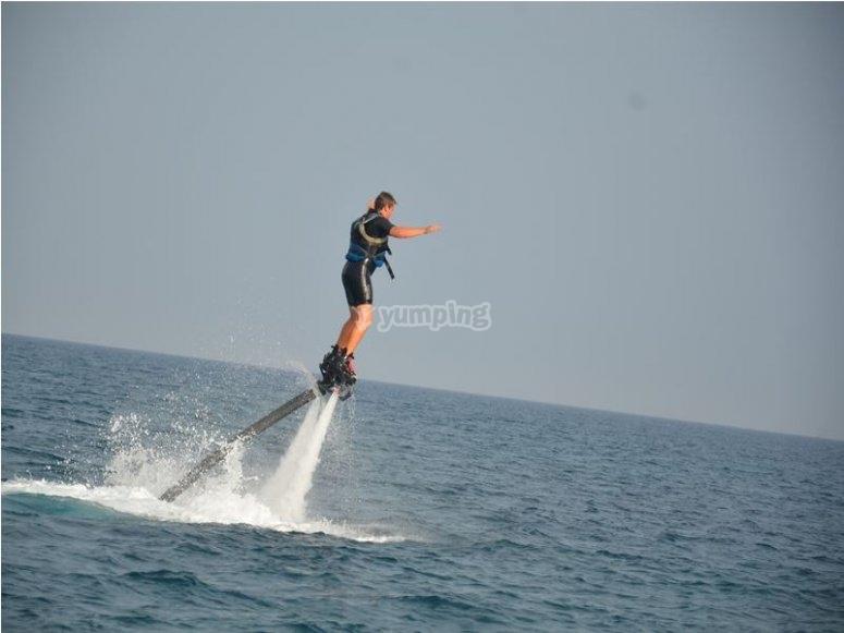 Haciendo flyboard en el mar