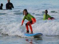 Joven alumna de surf