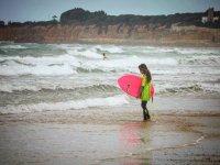 Surfista con tabla rosa