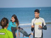 Surfistas con crema solar en la cara