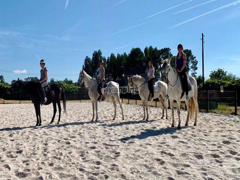 Clase de monta a caballo previa a la salida