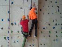 escalando por un rocodromo