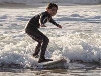 Sobre la ola con la tabla de surf