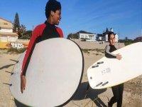 Alumnos de surf con sus tablas