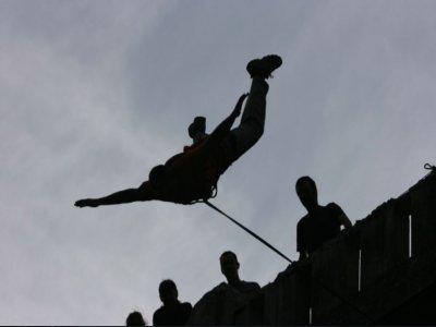 在Santelices蹦极跳两次跳30米