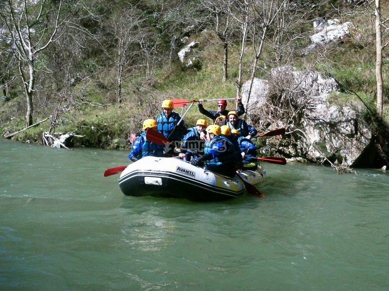 En el Ebro practicando rafting