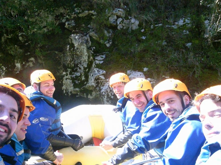 Rafting con amigos en el Ebro