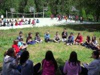 Jugando en circulo en el campamento