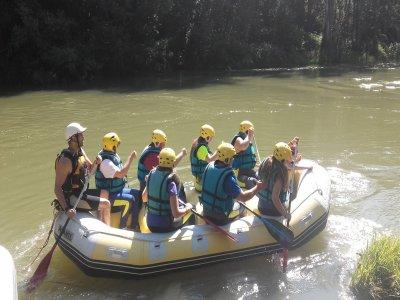 在Deva河上漂流中等水平下降2小时