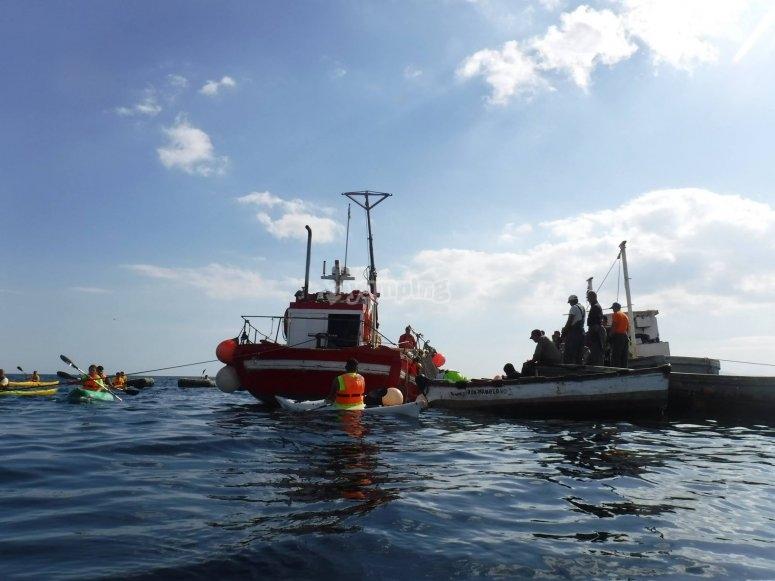 Paseando en kayak entre barcos Ceuta