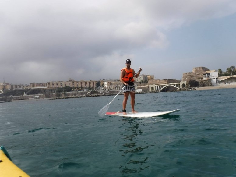 Remando en tabla de SUP Ceuta