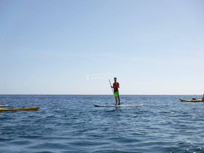 Navegando en tabla de SUP mar abierto Ceuta