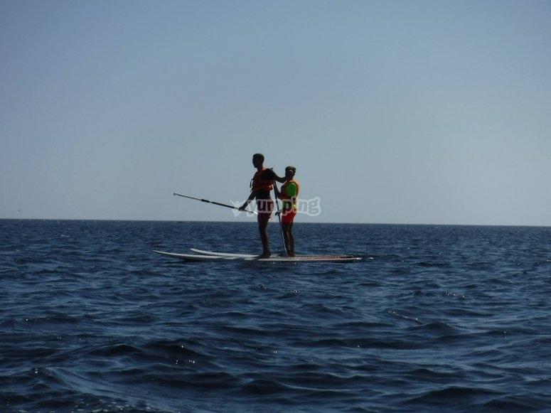 Sobre la tabla de paddle surf con un amigo