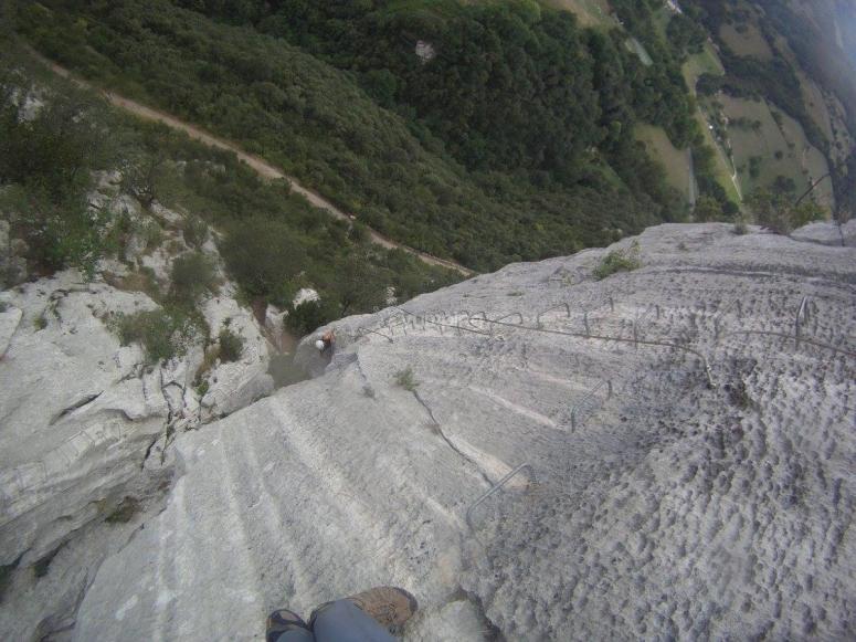Ascensión por pared rocosa vía ferrata