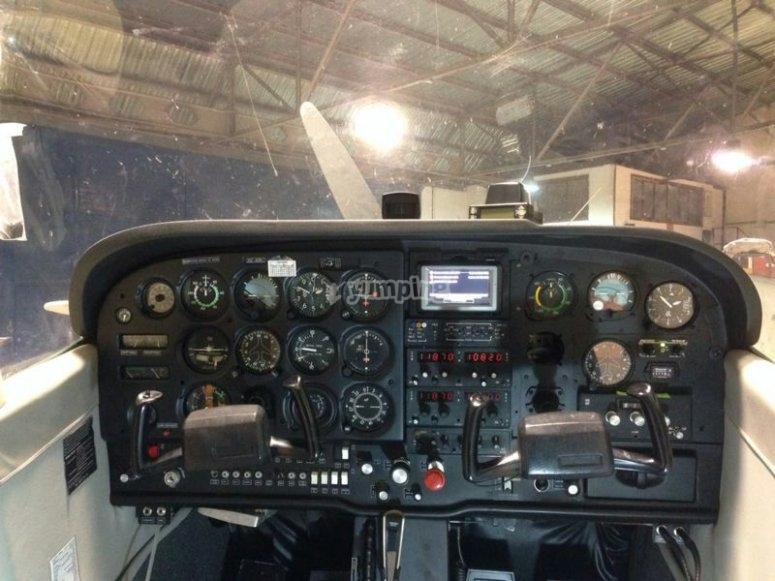 在赫雷斯乘坐2架轻型飞机