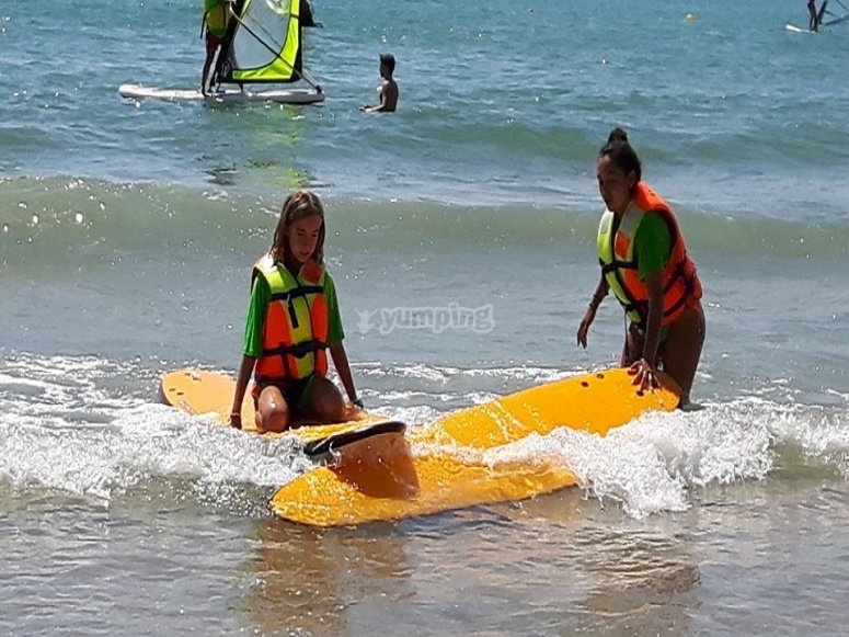 在库列拉(Cullera)学习冲浪的女孩