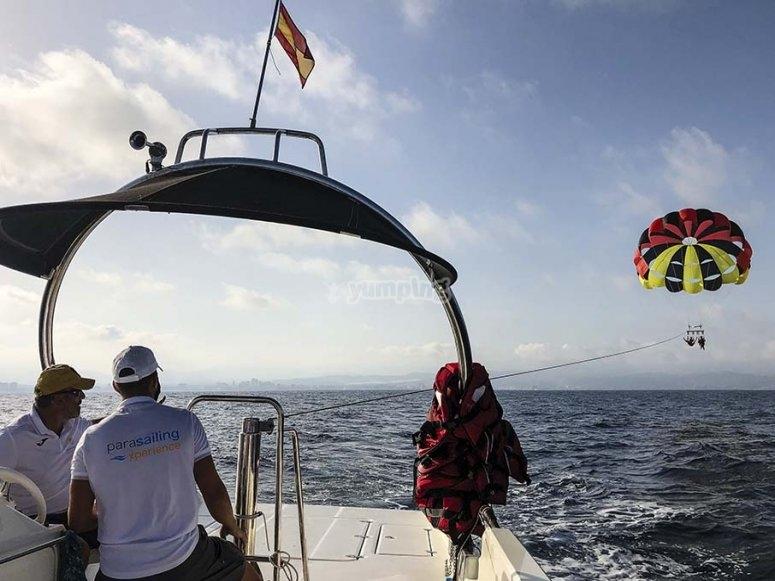 Vistas de parasailing desde el barco