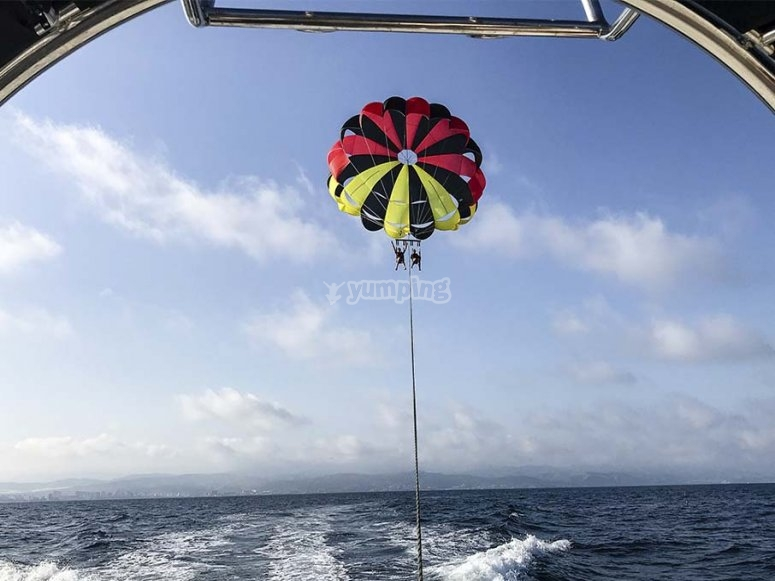 Disfrutando de una tarde de parasailing