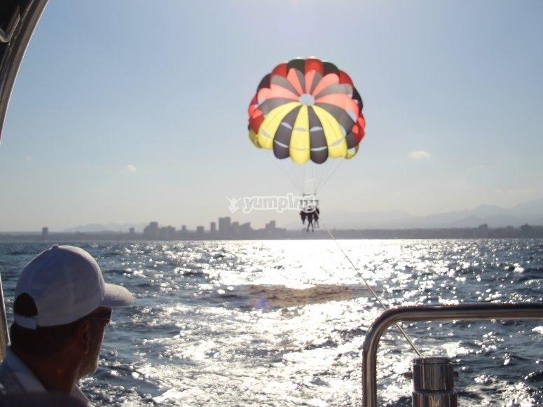 Cogiendo altura en el parasailing