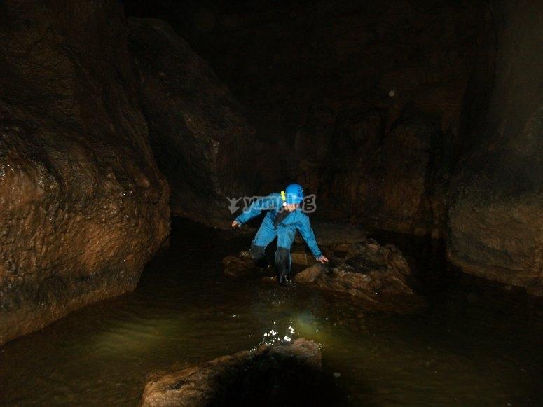 Espeleología en cueva del Piscarciano
