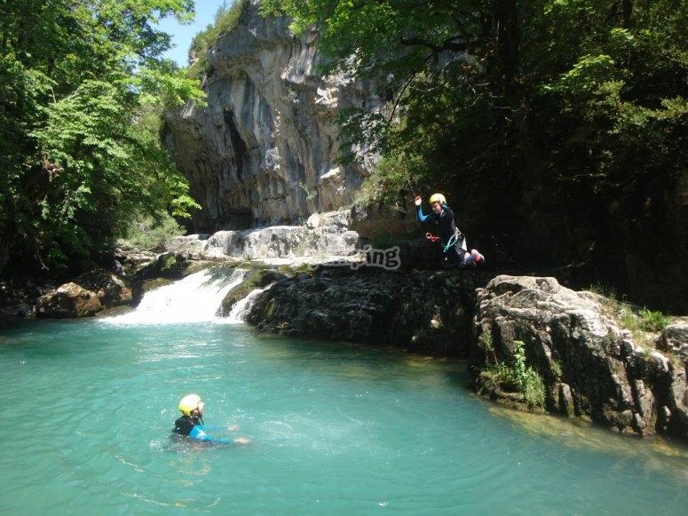 Aguas turquesas en el barranco