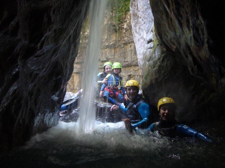 Cueva con cascada en el barranco