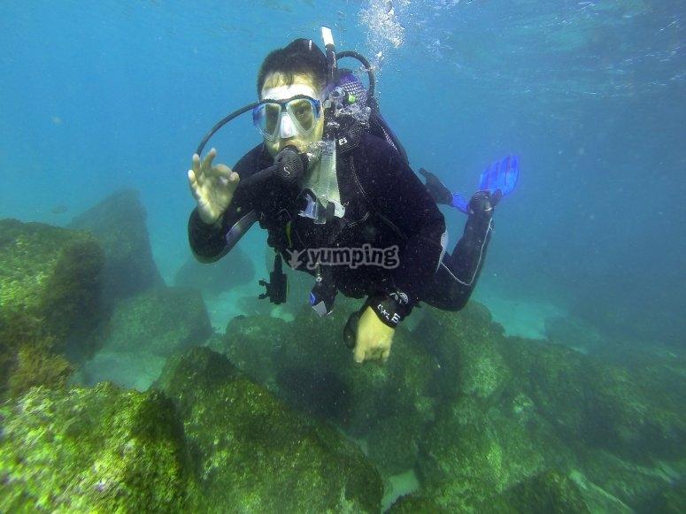 Buceando a una profundidad de 10 metros